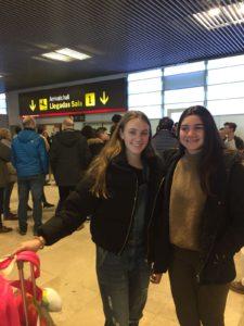 Alumna irlandesa con familia de acogida en aeropuerto