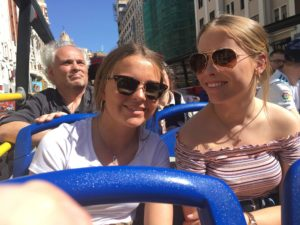 Anna F con su hermana española de excursión por Madrid