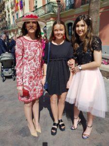 alumna irlandesa con amigas españolas de boda