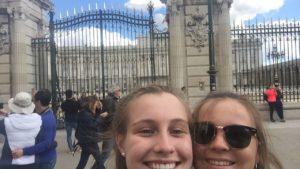 dos alumnas irlandesas haciendo turismo, foto delante del Palacio Real
